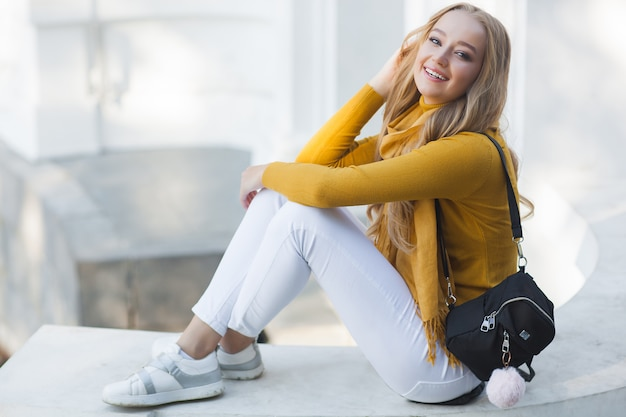 Joven mujer hermosa al aire libre. retrato del primer del fondo alegre de la primavera o del otoño de ladyon. chica con mochila.