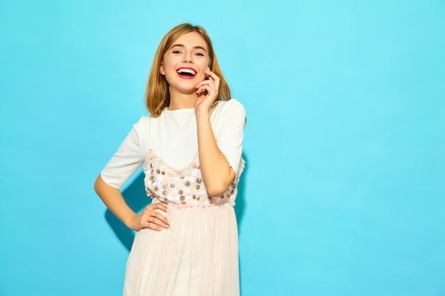 Joven mujer hermosa. moda mujer en ropa casual de verano. modelo divertido aislado en la pared azul