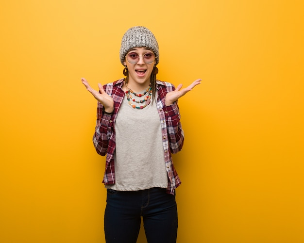 Joven mujer hippie natural celebrando una victoria o éxito