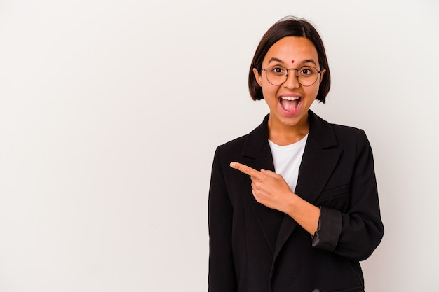 Joven mujer india de negocios aislada en blanco apuntando hacia el lado