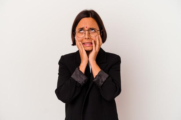Joven mujer india de negocios aislada sobre fondo blanco lloriqueando y llorando desconsoladamente.