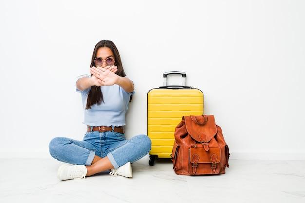 Joven mujer india de raza mixta lista para ir a viajar haciendo un gesto de negación