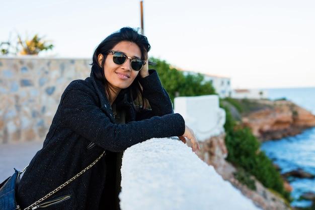 Joven mujer india sonriendo en el parque