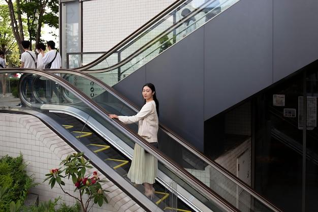 Joven, mujer japonesa, aire libre