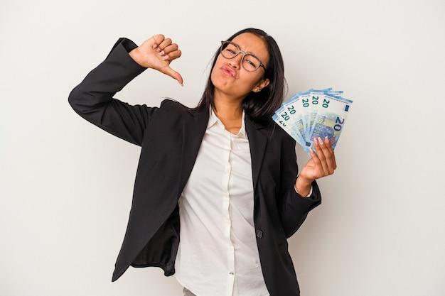 Joven mujer latina de negocios sosteniendo facturas café aislado sobre fondo blanco se siente orgullosa y segura de sí misma, ejemplo a seguir.