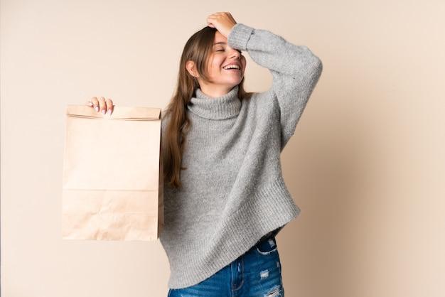 Joven mujer lituana sosteniendo una bolsa de compras se ha dado cuenta de algo y tiene la intención de la solución