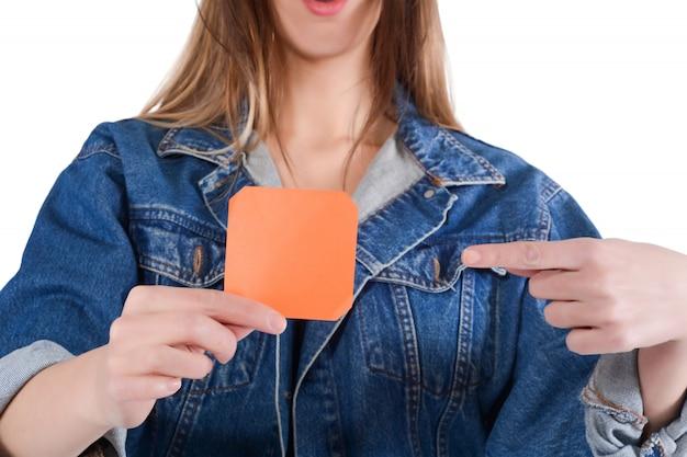 Joven mujer mostrando copia espacio