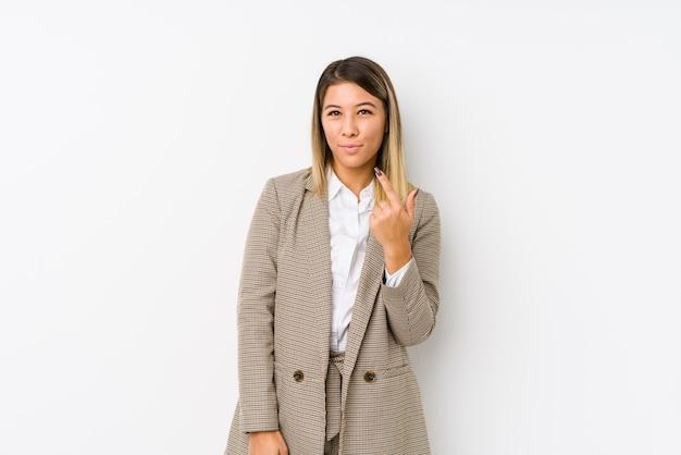Joven mujer de negocios apuntando con el dedo hacia ti como si invitara a acercarse