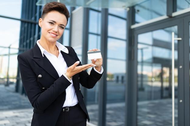 Joven mujer de negocios exitosa con laptop