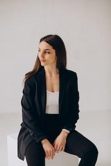 Joven mujer de negocios exitosa en la oficina