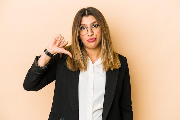 Joven mujer de negocios india aislada mostrando un gesto de aversión, pulgares hacia abajo. concepto de desacuerdo