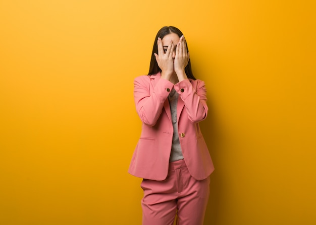 Joven mujer de negocios moderna se siente preocupada y asustada