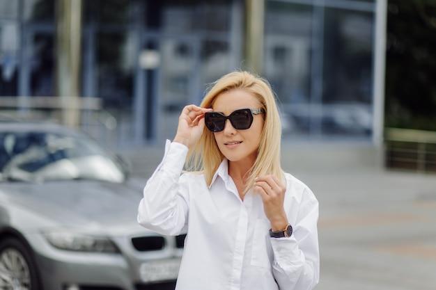 Joven mujer de negocios rubia sonriente
