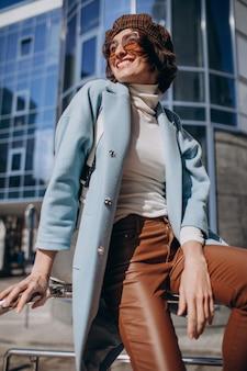 Joven mujer de negocios en traje casual por el centro de negocios
