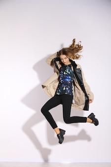 Joven mujer de pelo largo saltando