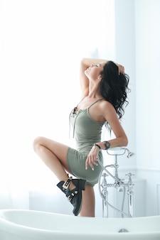 Joven mujer posando cerca del baño