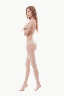 Joven mujer posando en topless, piel perfecta