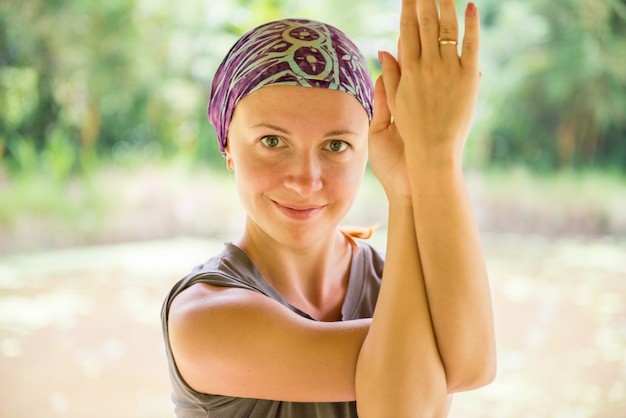 Joven mujer practicando garudasana