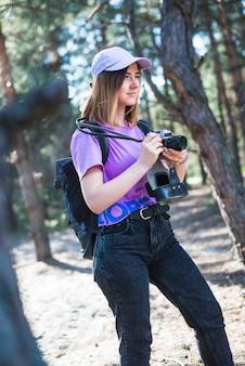 Joven mujer preparándose para tomar una foto