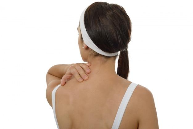 Joven mujer que sufre de dolor en el hombro