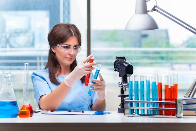 Joven mujer que trabaja en el laboratorio