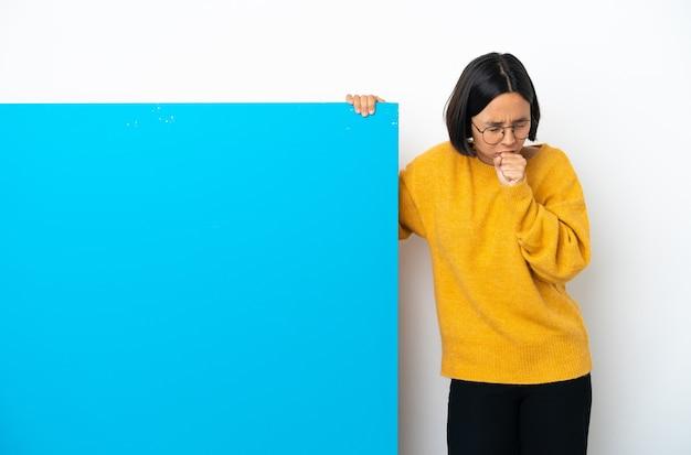 Joven mujer de raza mixta con un gran cartel azul aislado sobre fondo blanco tosiendo mucho