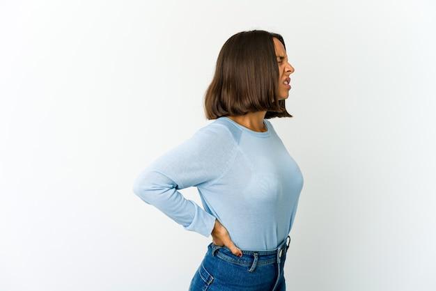 Joven mujer de raza mixta que sufre un dolor de espalda
