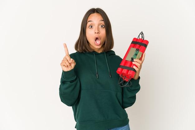 Joven mujer de raza mixta sosteniendo una dinamita