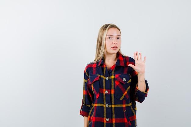 Joven mujer rubia con una camisa a cuadros