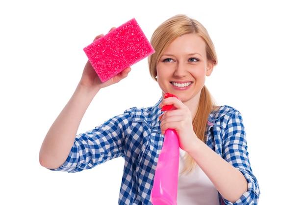 Joven mujer rubia sosteniendo un equipo de limpieza