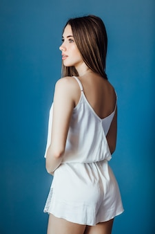 Joven, mujer rubia vistiendo pijama blanco