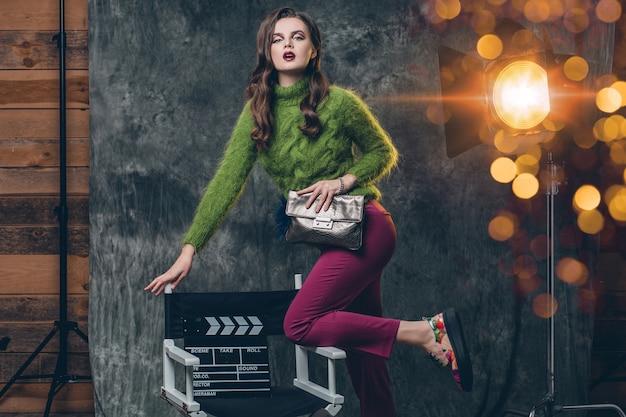 Joven mujer sexy con estilo en el cine entre bastidores
