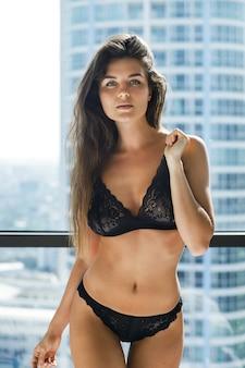 Joven mujer sexy en ropa interior negro