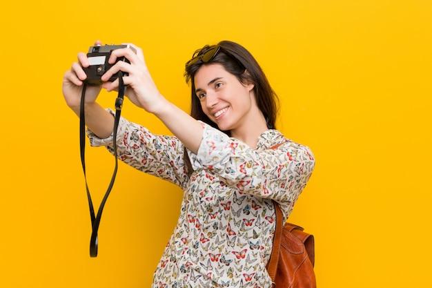 Joven mujer sosteniendo una cámara vintage