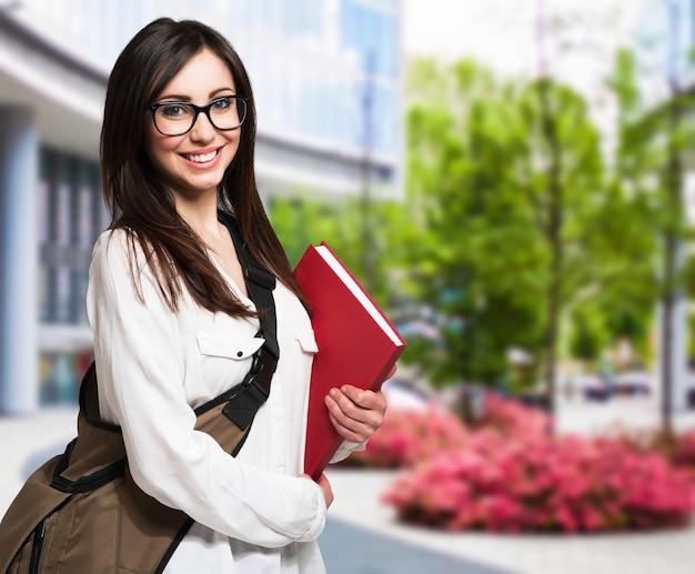 Joven mujer sosteniendo un libro