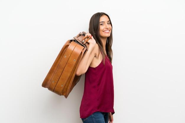 Joven mujer sosteniendo un maletín vintage