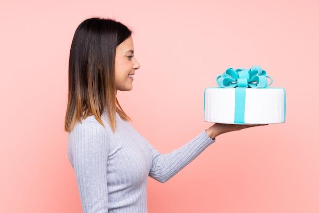 Joven mujer sosteniendo un pastel