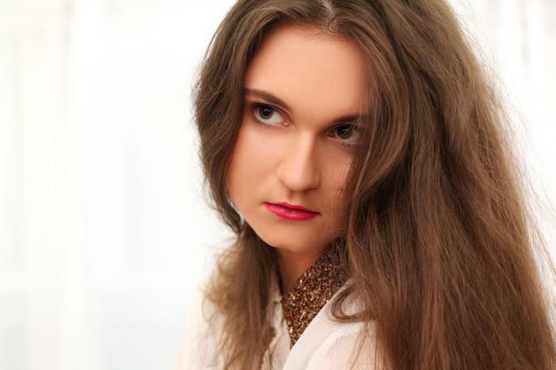 Joven mujer triste con el pelo largo