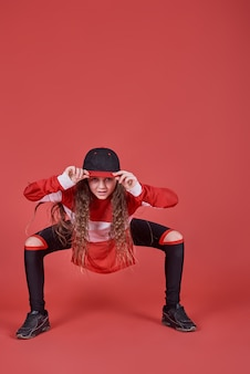 Joven mujer urbana bailando, moderna delgada adolescente de estilo hip-hop