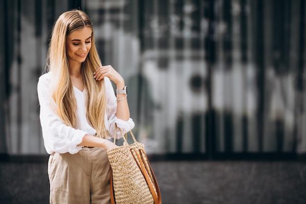 Joven mujer vestida con traje de verano en la ciudad