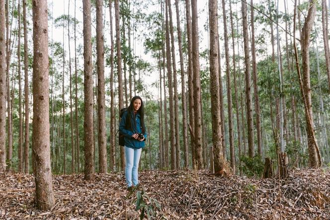Joven mujer viajero en el bosque