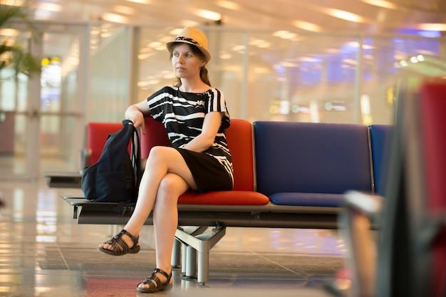 Joven, mujer, viajero, esperar, viaje