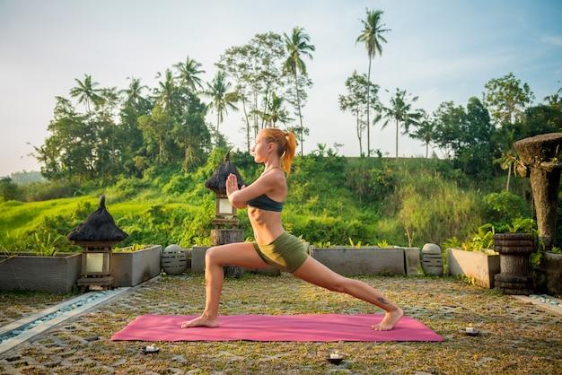 Joven, mujer, yoga, estirar