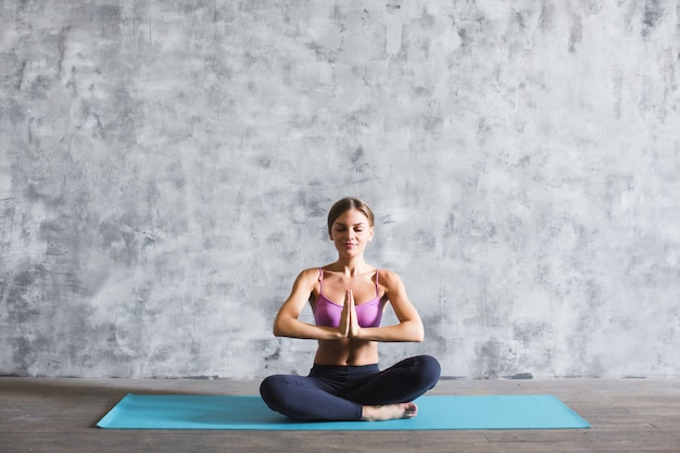 Joven mujer de yoga en la posición de oración.