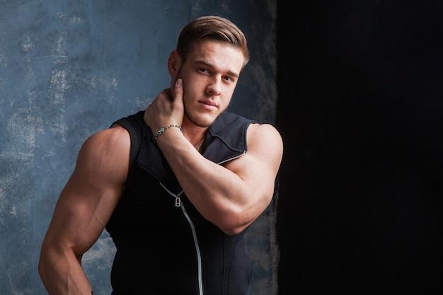 Joven musculoso en forma con brazos desnudos