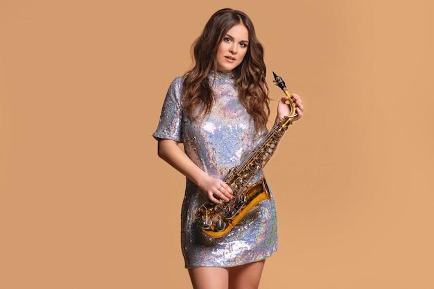 Joven músico atractivo con un saxofón