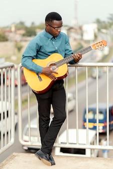 Joven músico celebrando el día internacional del jazz