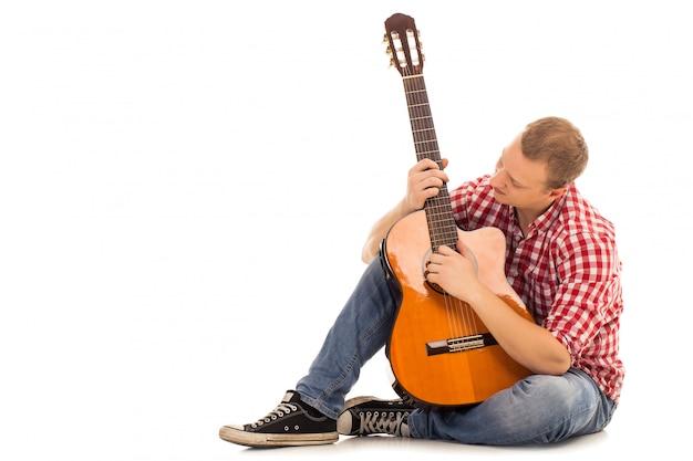 Joven músico con guitarra