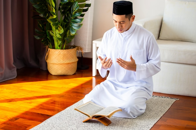 Joven musulmán haciendo oración tradicional a allah