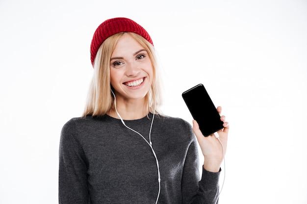 Joven muy linda joven con auriculares escuchando música